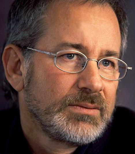 Steven Spielberg Az E.T. a földönkívüli, valamint a Schindler listájának rendezője 1946. december 18-án született Cincinnatiben. Kétségkívül az egyik legismertebb alakja a hollywoodi filmvilágnak. Korán kezdte a pályát, 22 évesen már televíziós rendezőként dolgozott - például a Columbo című sorozat részeiben.