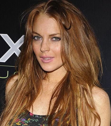 Lindsay Lohan Az amerikai celebmacára nem kifejezetten áll a csillagjegyére jellemző szende viselkedés: hétről-hétre újabb botrányokat szolgáltat a bulvársajtó számára. 1986. július 2-án látta meg a napvilágot.  Kapcsolódó hír: Ékszert lopott Lindsay »