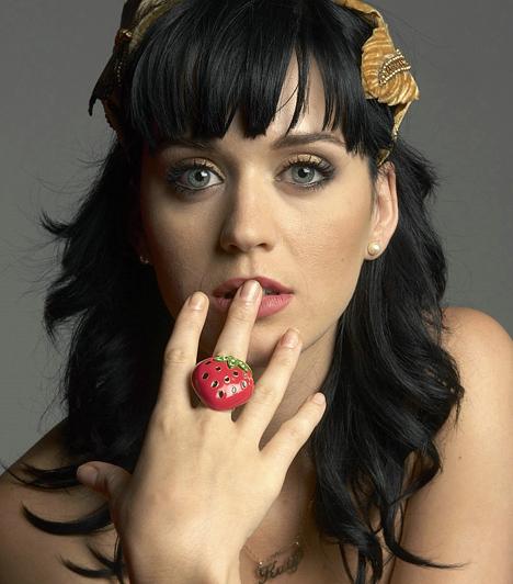 Katy Perry  Az amerikai énekesnő különc stílusával és bohókás ruháival nem kis pajkosságot csempészett a popzenébe. Slágereit, mint az I Kissed a Girl vagy a Californian Gurls a világ minden táján imádják. 1984. október 25-én született.