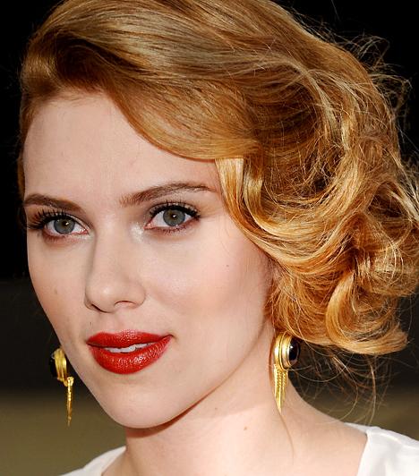 Scarlett Johansson  A Leány gyöngy fülbevalóval és a Match Point című filmek sztárja 1984. november 22-én született. Saját bevallása szerint nem hisz a monogámiában, ennek ellenére 2008 szeptemberében mégis feleségül ment Ryan Reynolds színészhez.  Kapcsolódó cikk: Mi a boldogságod akadálya? A Szaturnusz elárulja »