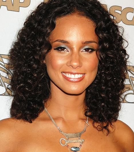 Alicia Keys A több, mint 30 millió eladott lemezzel büszkélkedő Alicia Keys az R&B műfaj egyik legkiemelkedőbb alakja. Tehetségét méltán tüntették ki számos elismeréssel, köztük 11 Grammy-díjjal. 1981. január 25-én látta meg a napvilágot.Kapcsolódó hír:Szőrös mellével sokkol a szexi énekesnő »