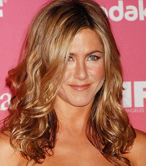 Jennifer Aniston A Jóbarátok címú sorozat öt Emmy-díj jelölést hozott a szépséges színésznőnek. A Guinness Rekordok Könyvébe is bekerült azzal, hogy a legjobban fizetett sorozatszínész lett 2005-ben, hiszen egymillió dollárt kapott epizódonként az utolsó két évadban. 1969. február 11-én született.Kapcsolódó hír:Pucér keblekkel pózolt a 40 éves Jennifer Aniston »