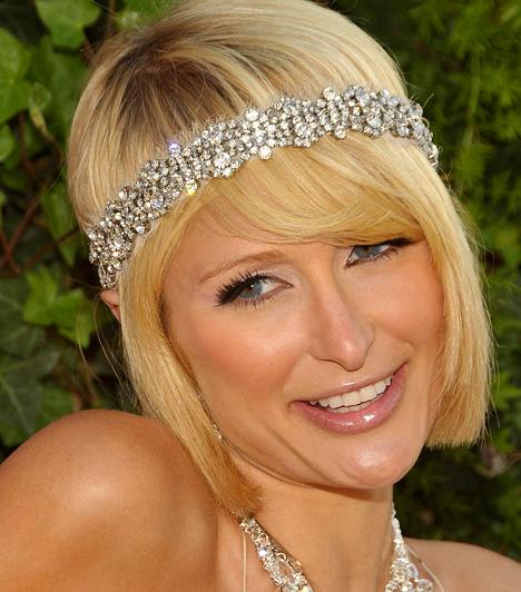Paris Hilton A Hilton-örökös szőkeség valószínűleg a celeb szó archetípusát testesíti meg. Hírnévre a vagyonán túl a The Simple Life című valóságshow-val tett szert, melyben Nicole Richie-vel együtt csodálhatta meg egész Amerika a két dúsgazdag és botrányos életű lány vidéki kalandjait. 1981. február 17-én született.Kapcsolódó hír:A szokásosnál is csúfabb a bikinis Paris Hilton »