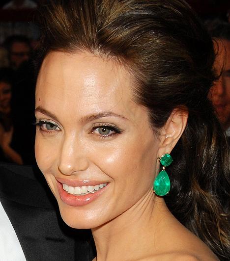 Angelina Jolie 1975. június 4-én született Los Angeles-ben. Már 1997-ben Golden Globe-díjat kapott a George Wallace című életrajzi filmben nyújtott alakításáért. Pár évvel később pedig az Észvesztő című drámáért megkapta a legjobb mellékszereplőnek járó Oscar-díjat is.Kapcsolódó képgalériaAngelina Jolie életének állomásai »