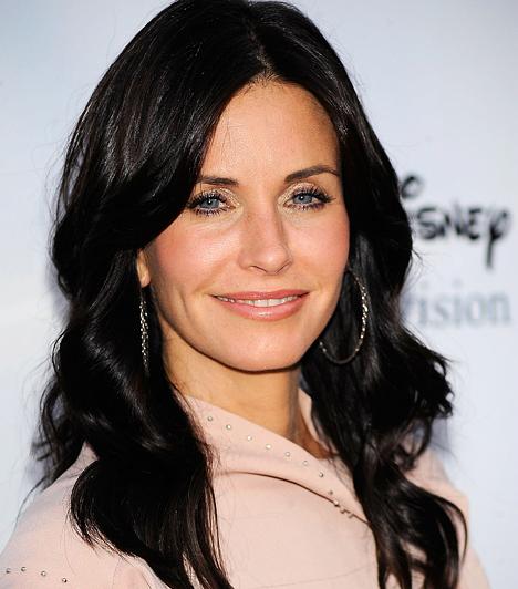 Courteney Cox 1964. június 15-én született az Alabama állambeli Birminghamben. Kevesen tudják, hogy bár eredetileg Rachel szerepét jelölték ki számára a Jóbarátok című sorozatban, neki jobban tetszett a tisztaságmániás Monica figurája.Kapcsolódó hír:Egyre merészebben vetkőzik Courteney Cox »