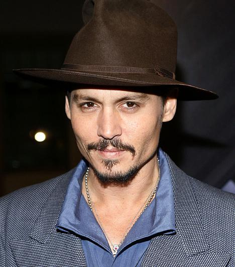 Johnny Depp John Christopher Depp II néven anyakönyvezték 1963. június 9-én. Első nagy filmje a Rémálom az Elm utcában volt, főszerepben pedig az Ollókezű Edwardban debütált.  Kapcsolódó hír: Kínosan csúnyát villantott a bájos sztármami »