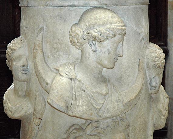Hétfő                         Ha hétfőn születtél, Szelénétől, az otthonteremtés istennőjétől kaptad ajándékba a lakberendezés, a hangulatteremtés terén jó ízlésed.                         Fotón: Szeléné oltára a 2. századból