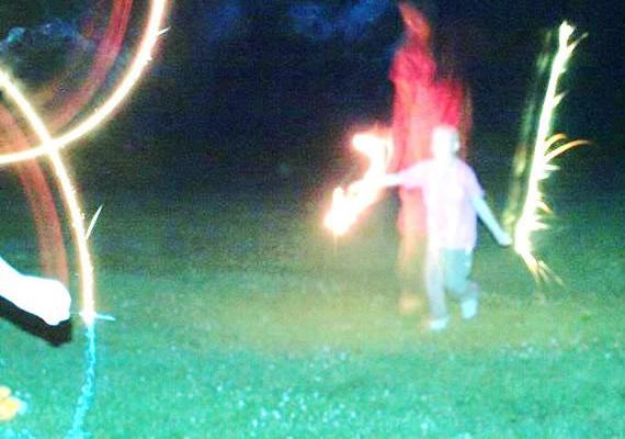 Végül egy Ohióban, 2013-ban készült fotó, amelyen egy beteg kislány, Erin mögött jelenhetett meg a Szűzanya - igaz, egyesek szerint a képen szellem van. Vitás, hogy utólagos manipuláció eredménye-e a gyerek mögött látható piros alak, ám a kislány szülei állítják, Szűz Mária jelenhetett meg, mégpedig a kislányra váró operáció kapcsán. Itt olvashatod el a teljes történetet.