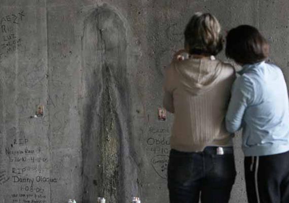A képen látható Szűz Mária-jelenésnek vélt alakot akkor láthatod élesebben kirajzolódni, ha távolról nézed, vagy kicsinyítesz a képen. Sajnos vandalizmus áldozatává vált már azóta a képződmény, amely egy chicagói aluljáró falán jelent meg, és amelyhez sokak zarándokoltak el.