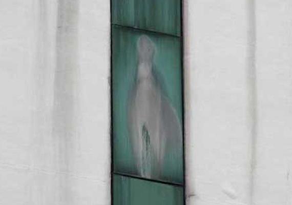 Az iowai esetnél is különösebb eset a malajziai kórházé, a Sime Derby Medical Centre-é, melynek egyik ablakán sokak szerint Szűz Mária képe jelent meg 2012 novemberében. Tömegek zarándokoltak el megnézni a festményszerű képződményt.