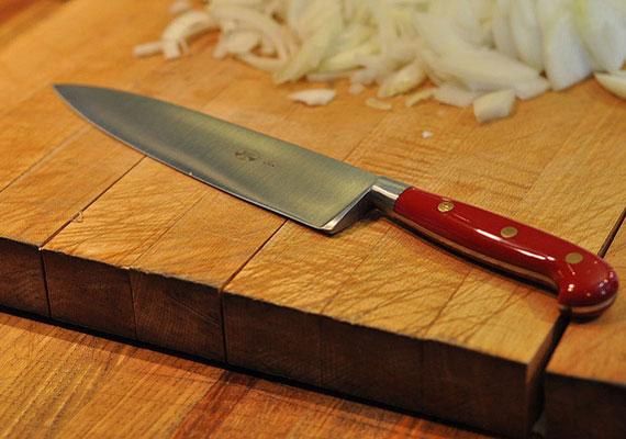 Az éles eszközöket - kés, olló - nem szabad huzamosabb ideig kint tartani, mindig elzárva tárold őket. Ezek a tárgyak ugyanis fenyegetést sugallnak. Arra is érdemes odafigyelned, hogy sohase add őket ajándékba!