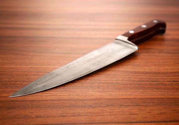 Az éles tárgyak, mint az olló vagy a kés, fenyegetést sugallnak. Teljesen kiiktatni persze nem lehet őket, de arra figyelj, hogy ne hagyd őket szem előtt.