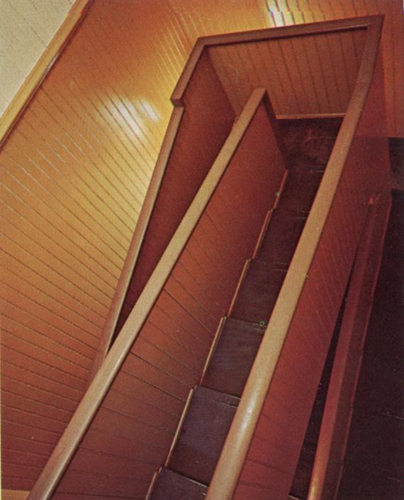 Úgy tartják, a ház részleteinek megálmodóját, vagyis a Winchester özvegyét a holt lelkek befolyásolták, amikor utasításba adta a végtelen lépcsők, semmibe nyíló ajtók és egyéb furcsa megoldások építését. Akár igaz a feltételezés, akár kitaláció, csak fokozza a házbelső fotóit nézegetve jelentkező különös érzéseket.