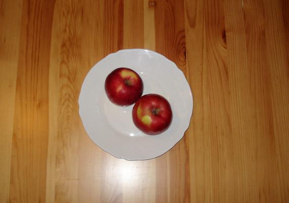 Az egész évben kapható alma energiatartalma miatt nem kell aggódnod: egy közepes méretű gyümölcsben körülbelül 50 kalória van, tehát két alma 100 kalóriát tartalmaz. Próbáltad már az almakúrát?