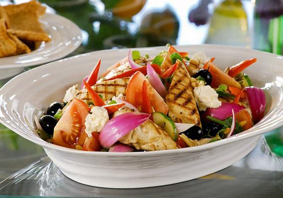 Nemcsak gyümölcsöt, zöldséget is ehetsz reggelire: egy finom görög saláta az anyagcseréhez szükséges vitaminokat és rostokat is biztosítja.