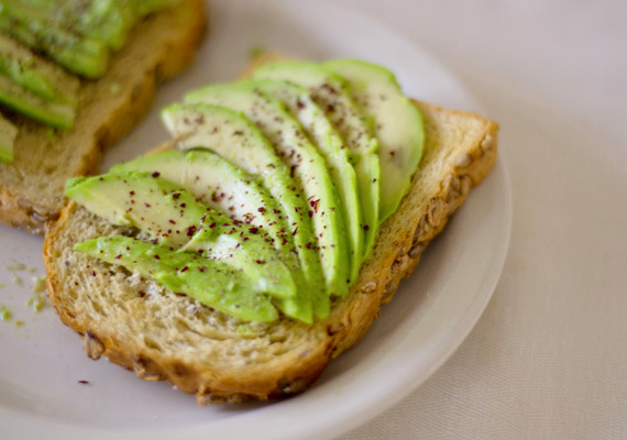 Egy fél avokádó körülbelül 150 kalória, egy fél szelet teljes kiőrlésű pirítós pedig körülbelül 40 kalória. Kutatások szerint az avokádó éhségcsökkentő hatással bír. Tudj meg többet arról, hogyan iktasd be diétás étrendbe az avokádót.