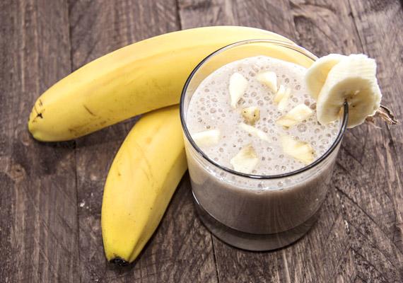Egy közepes banán energiatartalma körülbelül 100 kalória. Ha ebből és 2 deciliter 1,5%-os tejből készítesz turmixot, még éppen 200 kalória alatt marad a tízóraid.