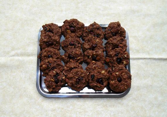 Két darab a képen látható zabpelyhes-aszalt gyümölcsös-kakaós kekszből még éppen 200 kalória alatt van. Ide kattintva megtalálod a finom tízórai receptjét és elkészítésének módját - képes útmutatóval.