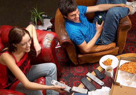 Ha rendszeresen a televízió vagy a számítógép előtt eszel, táplálkozás közben nem figyelsz eléggé a tested jelzéseire. Ilyenkor ebéd és vacsora közben jóval nagyobb kalóriaadagot lapátolhatsz be, mint amekkorára a szervezetednek valóban szüksége lenne. Íme, egy kutatás a témában!
