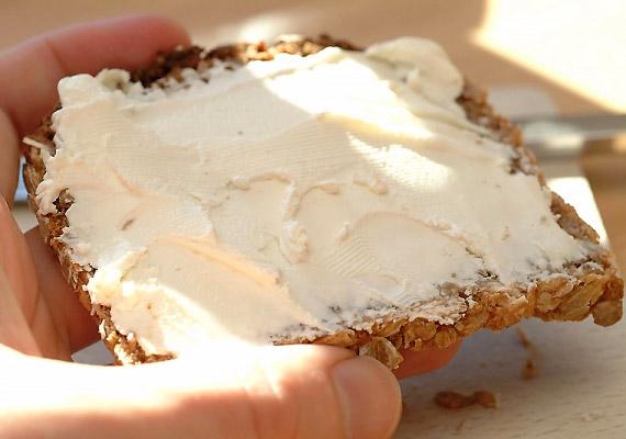 Az ömlesztett sajtok számos állományjavító vegyületet tartalmaznak, miközben tápértékük igen alacsony. Ragadós állaguknak köszönhetően nem tesznek jót a felszívódásért felelős bélbolyhoknak sem.