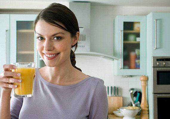 A frissen facsart gyümölcslevek enyhén, az édesített és tartósított bolti változatok pedig erősen savasító hatásúak.