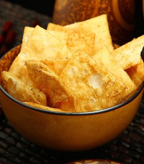 Chips                         A burgonyachipsek jellemzően hidrogénezett növényi olajjal készülnek, melyek káros transzzsírsavakká alakulnak a szervezetben. Megemelik továbbá a koleszterinszintedet, és lehetetlenné teszik az egészséges zsírok lebontását is, melyeket halfélékből, hidegen sajtolt növényi olajokból nyersz.                         Kapcsolódó cikk:                         10 anyagcsere-blokkoló táplálék »