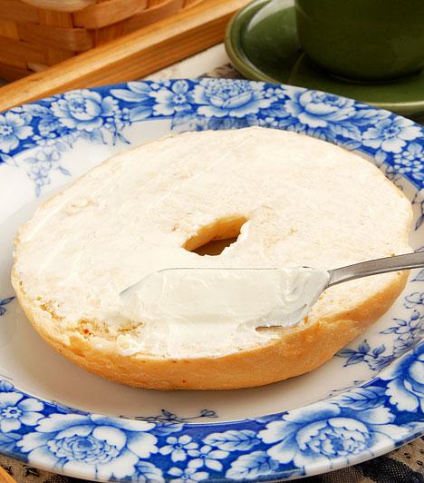 Ömlesztett sajt                         Az ömlesztősók szervetlen anyagok, hiányoznak belőlük az emésztéshez szükséges enzimek, a lebontatlan, bélrendszerben pangó táplálékrészecskék pedig erjedésnek indulnak, és erősen savasítják szervezetedet. A magas zsírtartalmú, ragadós állagú élelmiszer valósággal eldugítja a tápcsatornát, betapasztja a felszívódásért felelős bélbolyhokat.