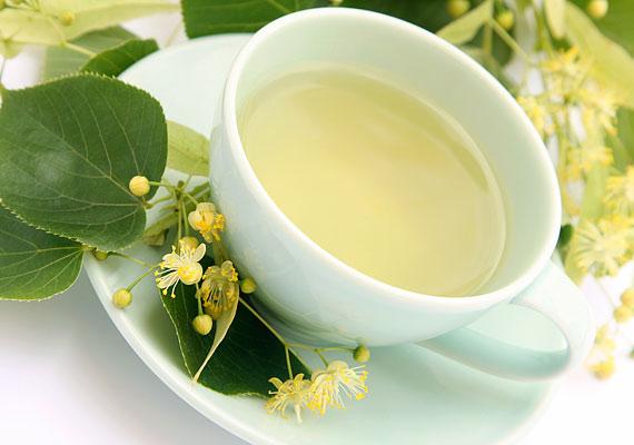 A hársfatea izzasztó és vízhajtó hatású: 10 gramm virágból főzz negyed liter teát, és kortyolgasd el napközben.