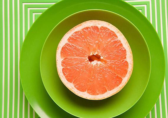 A grépfrút rostjai megdagadnak a gyomorban, így hosszú időre eltelítenek.