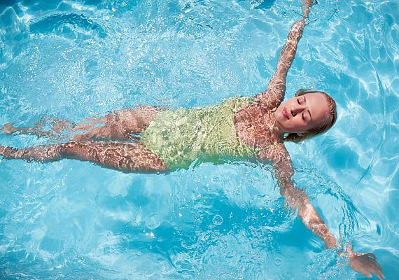 Az úszás nemcsak a hátadnak tesz jót, fél óra alatt 142 kalóriát éget.