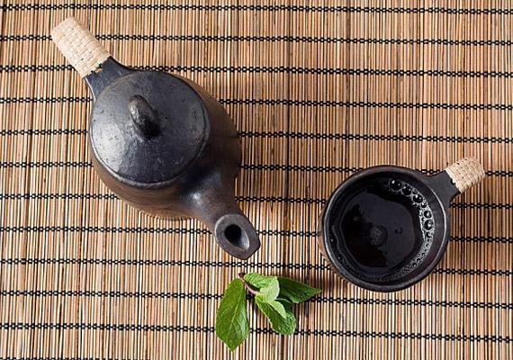 A mentateáról bizonyára tudod, hogy kiváló ellenszer puffadásra, emellett azonban zsírégető hatású is. Választhatod a filteres verziót, de még jobb, ha gyógynövényboltban vásárolsz szárított mentalevelet, és abból készíted a teát.