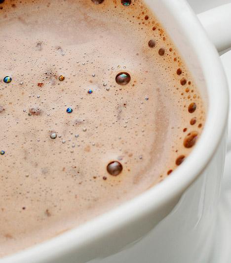 Kakaó  Egy bögre forró, habos kakaóról talán nem a zsírégetés szó ugrik be elsőre. Ha azonban valódi kakaóport fogyasztasz, cukor nélkül, egész más a hatás. A 70% feletti kakaó ugyanis kedvezően befolyásolja a vérkeringést, ezzel pedig az anyagcserét is segíti.