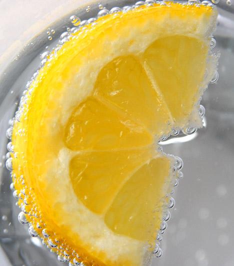 Limonádé  Ha a napot egy pohár cukormentes limonádéval indítod, máris sokat tettél a méregtelenítésért. A citrom amellett, hogy C-vitaminban gazdag, segíti a máj méregtelenítését és a zsírégetést is. Üdít, szépít és fogyaszt!  Kapcsolódó cikk: A legfinomabb házi limonádék receptjei »