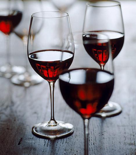 Vörösbor  A vörösbor a fogyókúrádban is sokat segíthet: amellett, hogy csökkenti a koleszterinszintet, nagyon jó hatással van az emésztésre, pH-értékének köszönhetően megkönnyíti a gyomor munkáját, így felgyorsítja az anyagcserét, és segít megtisztítani a szervezetet a méreganyagoktól.  Kapcsolódó cikk: Napi egy pohár vörösborral 3 kilót is leadhatsz »