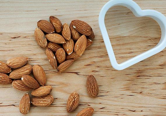 A mandulának kiemelkedően magas a fehérjetartalma, ami elengedhetetlen a szervezet természetes zsírégető folyamatainak működéséhez és az izmok védelméhez.