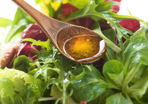 Jelentősen mérsékli a hasi elhízást az olívaolaj. Salátákhoz és főzéshez is kiváló, és nagyon egészséges.
