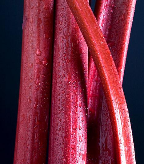 Rebarbara  A rebarbara nemcsak A-, B- és C-vitamint, kaliumot és magnéziumot tartalmaz, de rengeteg rostot is, így elősegíti az emésztést és a bélműködést, ráadásul méregtelenítő hatása is közismert. Remek kompót, puding vagy torta készíthető belőle, így az édesség utáni vágyadat is csillapíthatod rebarbarával.