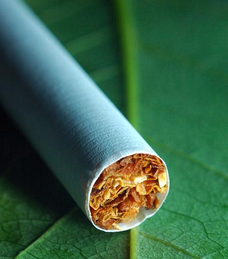 A dohányosok karcsúbbak  Tény, hogy a cigaretta átmeneti időre csökkenti az étvágyat, így diéta idején könnyebben állsz ellen a nassolásnak, ha elfüstölsz néhány szálat, de ne feledkezz meg róla, milyen áron éred ezt el. Számtalan káros hatása mellett a cigaretta a szervezeted C-vitamin-szintjét is csökkenti, ami pedig elengedhetetlen a zsírok lebontásához.  Kapcsolódó cikk: Így szedd a C-vitamint, ha fogyni akarsz »