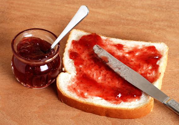 Igen, a lekvárok gyümölcsből vannak, de édes ízüket sokkal inkább a nem kevés hozzáadott cukornak köszönhetik. Ha nem tudsz lemondani a reggeli lekváros kenyeredről, teljes kiőrlésű kenyérre kenj xilittel ízesített lekvárt. A xilitről - vagy nyírfacukorról - többet is megtudhatsz korábbi cikkünkből!