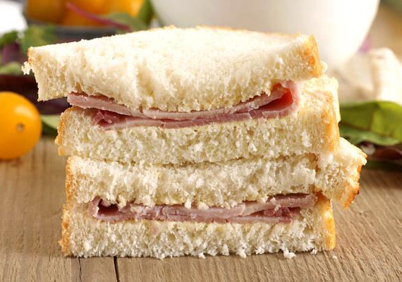 Sokan egészséges reggelinek gondolják a szendvicset. Az is, ha teljes kiőrlésű kenyérből, nem túlságosan feldolgozott húsból, sajtból és a zöldségből készül. Egy fehér kenyeres-parizeres változat azonban nemcsak napindítónak nem ajánlott, de érdemes örökre elfelejteni.