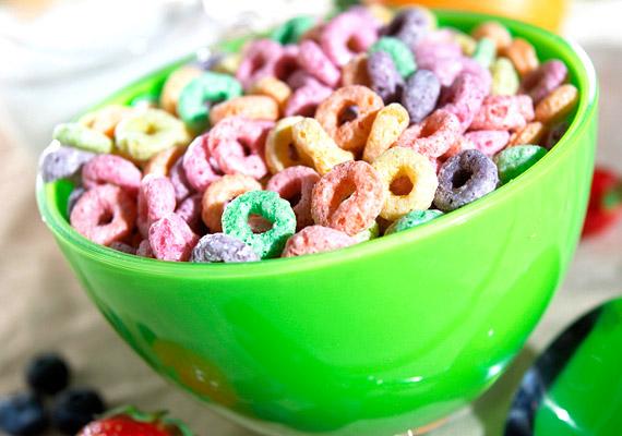 A színes vagy csokoládés gabonapelyhek nem kevés hozzáadott cukrot, mesterséges színezéket tartalmaznak. Reggelire fogyasztva hirtelen emelik meg a vércukorszintedet, a felhasználatlanul maradt cukormennyiség pedig zsírsejtek formájában raktározódik.