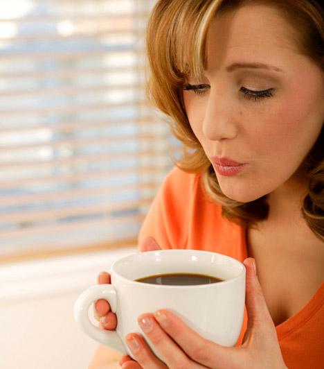 Túl keveset eszel  Alig eszel, mégis hízol? Pedig még a reggelit is kihagyod, hiszen csak egy gyors kávéra van időd, és ebédkor is csak gyorsan bekapsz valamit? Ne csodálkozz, ha a tested pánikba esett, és raktározni kezdett. Ráadásul a bőséges, rostban gazdag reggeli nélkül az anyagcseréd motorja sem indul be, így a kihagyott étkezések is hízáshoz vezethetnek.  Kapcsolódó videó: Ezért fontos a reggeli! »