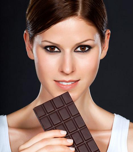 Fekete csokoládé  Ha fogyózol, nem kell lemondanod az antioxidánsokban gazdag, minőségi csokoládéról. Sőt, ha nem bírsz parancsolni az édesség utáni vágyadnak, még ez a legjobb választás: a lényeg, hogy két-három kockánál többet ne egyél. Ekkora mennyiségben fogyasztva a töltetlen fekete csokoládéglikémiás indexe 25 körül mozog.  Kapcsolódó cikk: Tartós súlycsökkenés orvosi módszerrel, 100 kiló felett »
