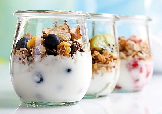 Fogyassz első étkezésként alacsony zsírtartalmú, élőflórás, natúr joghurtot. Segít kiegyensúlyozottá tenni emésztőrendszered működését, ha pedig egy kevés teljes kiőrlésű müzlit vagy zabpelyhet is adsz hozzá, már kész is az alacsony glikémiás indexű reggeli.