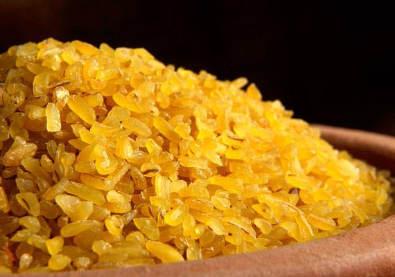 A bulgur lényegében tört búza, amely különböző méretekben kapható - a rizsszemnyitől az apróra őrölt változatig. A búzaszemeket hántolják, majd előfőzik, szárítják. A bulgur gikémiás indexe alacsony, íze viszonylag semleges, remekül passzol salátákhoz, zöldséges ételekhez, de fogyaszthatod egyszerűen köretként, zöldfűszerrel. Próbáld ki!