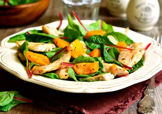 Vacsorára ideális választás lehet egy tál saláta is, amelyet ha önmagában kevésnek érzel, egy kevés grillezett csirkemellel is megbolondíthatsz.