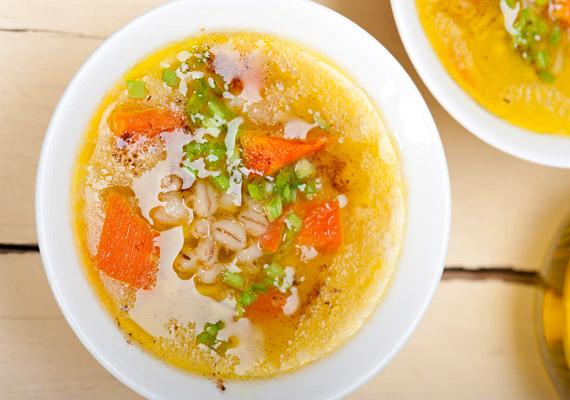 A hűvös őszi estéken sokaknak jólesik egy nagy tányér meleg leves. Ha fogyókúrázol, ez lehetőleg valamilyen zöldségleves legyen, de ha húslevest kívánnál, érdemes a tészta helyett magas rosttartalmú, emésztést segítő árpagyönggyel dúsítani azt!