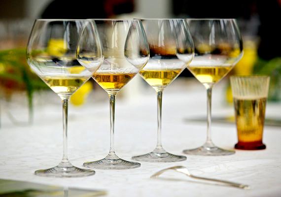 Egy deciliter száraz fehérbor 65 kalóriát tartalmaz.