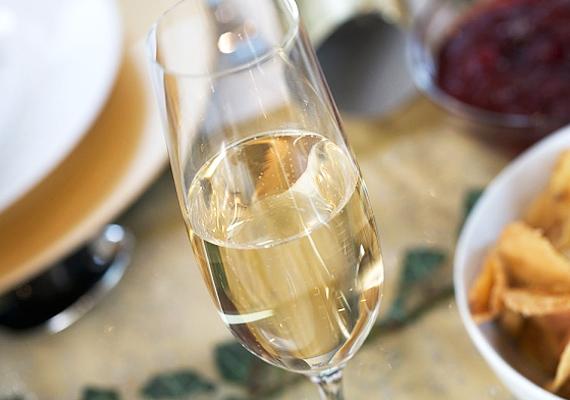 Ugyanennyi extra száraz pezsgő kalóriatartalma nagyjából 70 kcal.