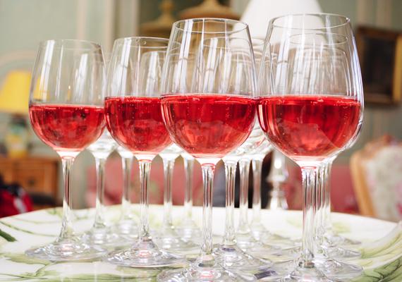 Egy deciliter vörös pezsgő 80 kalóriát tartalmaz.